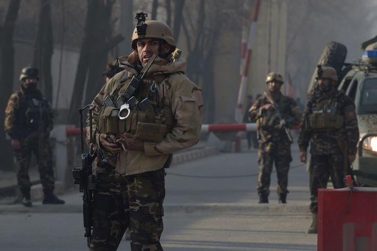 Pasukan Afghanistan berjaga di depan gedung utama dinas intelijen Afghanistan (NDS) setelah ISIS menyerang menggunakan bom bunuh diri. Enam orang tewas dan tiga orang dilaporkan terluka akibat aksi tersebut (25/12/2017).(Shah Marai/AFP)