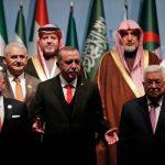 Presiden Turki Recep Tayyip Erdogan (tengah) diapit oleh Raja Yordania Abdullah II (kiri) dan Presiden Palestina Mahmoud Abbas (kanan), dalam pertemuan KTT OKI, di Istanbul, Turki, Rabu (13/12/2017). (AP via The Telegraph).