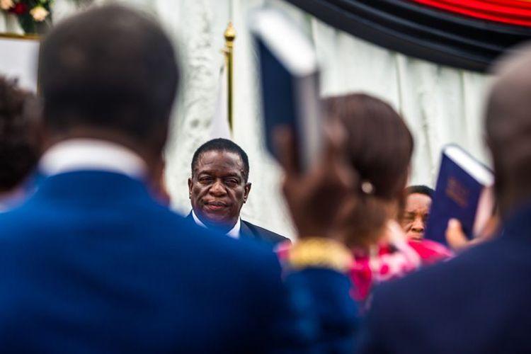 Presiden Zimbabwe Emmerson Mnangagwa memimpin pembacaan sumpah menteri kabinet pemerintahan baru, Senin (4/12/2017).(JEKESAI NJIKIZANA / AFP)