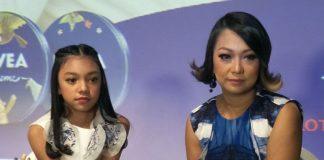 Nola Be3 dan putrinya, penyanyi cilik Naura, meluncurkan video klip lagu Sahabat Setia di Ice Palace, Lotte Shopping Avenue, Jakarta Selatan, Jumat (22/12/2047) sore. (KOMPAS.com/ANDI MUTTYA KETENG)