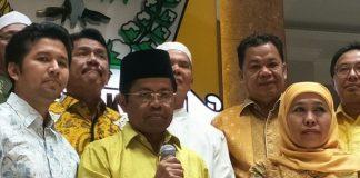 Pelaksana tugas (Plt) Ketua Umum DPP Golkar Idrus Marham (tengah) diapit oleh bakal calon pasangan gubernur dan wakil gubernur Jawa Timur, Khofifah Indar Parawansa (kanan) dan Emil Dardak (kiri) ketika di kantor DPP Golkar, Jakarta, Rabu (22/11/2017).(KOMPAS.com/ MOH NADLIR)