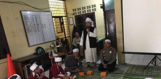 Kapolsek Sunggal Kompol Wira Prayatna (baju dinas) saat menghadiri acara Maulid Nabi SAW di Polsek Sunggal, Jumat (1/12/2017)