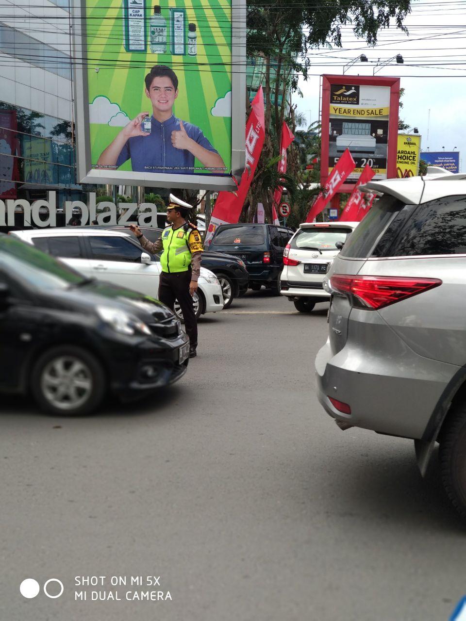 Kasat Lantas Polrestabes Medan, AKBP Muhammad Saleh melakukan pengaturan arus lalin di Jalan Diponegoro, Senin (25/12/2017)