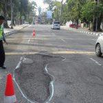 Polisi lalu lintas mengecat jalan berlubang di Imam Bonjol, Rabu (6/12/2017).