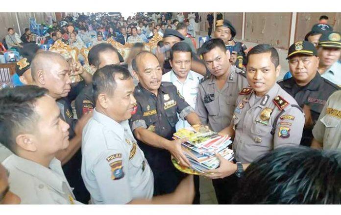 Kapolsek Sunggal Kompol Wira Prayatna (kanan)