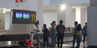 Sejumlah penumpang tampak menunggu barang bawaannya di area baggage claim Terminal 3 New Bandara Soekarno-Hatta, Tangerang, Senin (15/8/2016)(KOMPAS.com/ANDRI DONNAL PUTERA)