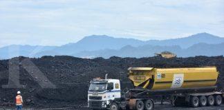 Petugas mengarahkan truk untuk bongkar muat batubara di area pertambangan PT Adaro Indonesia di Tabalong, Kalimantan Selatan, Selasa (17/10). Pada semester I tahun 2017 laba inti Adaro naik 76 persen menjadi 299 juta dollar Amerika Serikat (AS) dan tetap menjaga likuiditas yang kuat dengan kas sebesar 1.236 juta dollar AS. ANTARA FOTO/Prasetyo Utomo/kye/17.