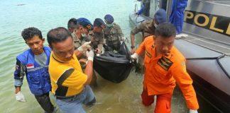 Speedboat ke Tarakan Terbalik, 13 Orang Masih Dicari Ilustrasi tim SAR evakuasi korban kapal tenggelam. (AFP PHOTO / SEI RATIFA)