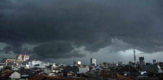 Akhir 2017, Angin Kencang Robohkan Bangunan di Utan Kayu Ilustrasi mendung menjelang hujan (ANTARA FOTO/Aprillio Akbar)